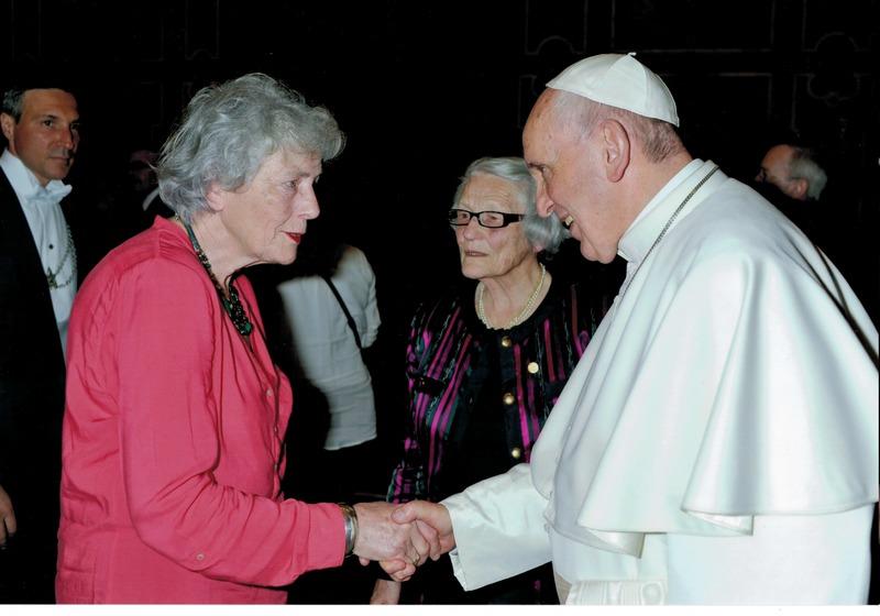 Madame Odile Moreau présente Madame Christine Roche (à gauche) au Saint Père