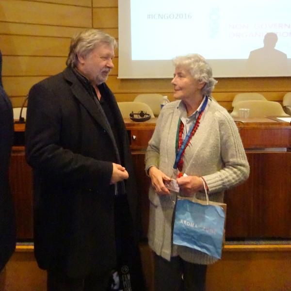 Guido Convents représentant de SIGNIS à la conférence des ONG devisant avec Christine Roche, présidente du CCIC