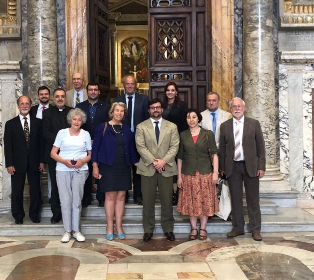 Groupe de travail du Forum de Rome devant La Chapelle Pauline au Vatican